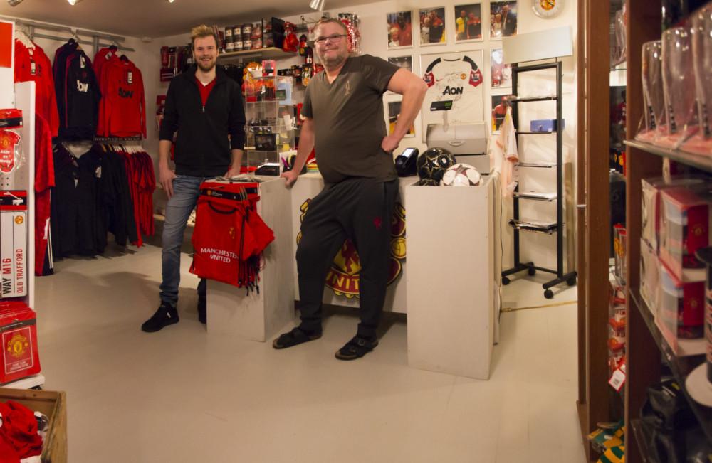 Aksel Tønnessen og Jahn-Eric Birkeland i butikken