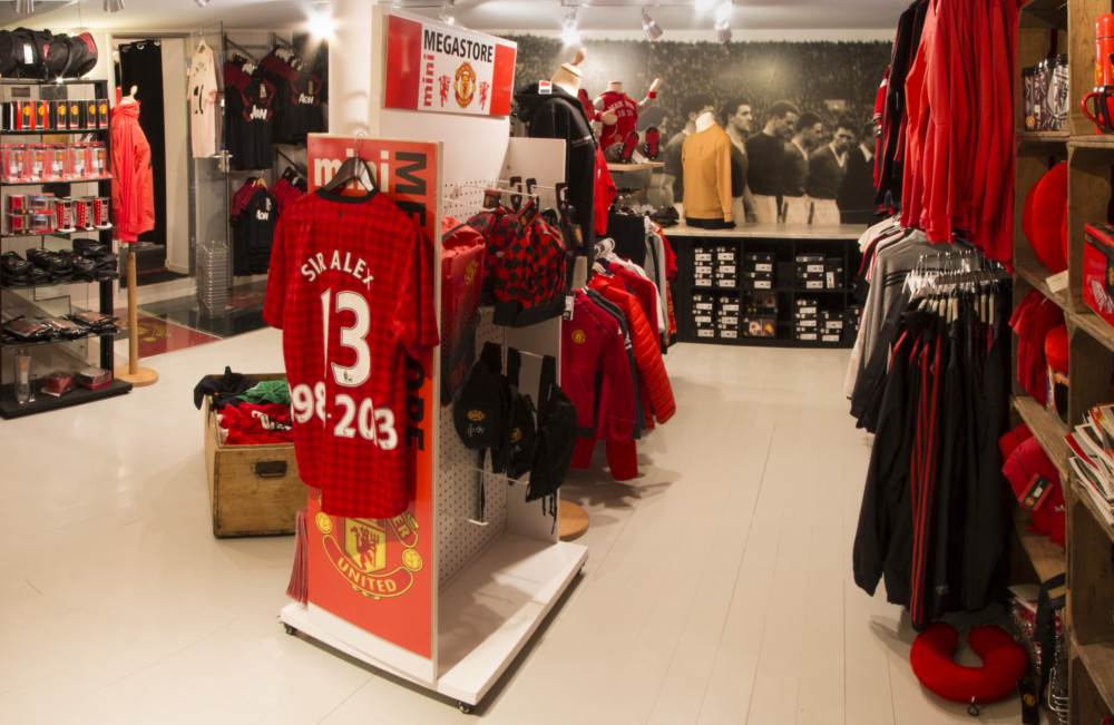 Klær of stæsj : Manchester United T-shirts and other wearable items like Jacket, Trouser etc are available in the store