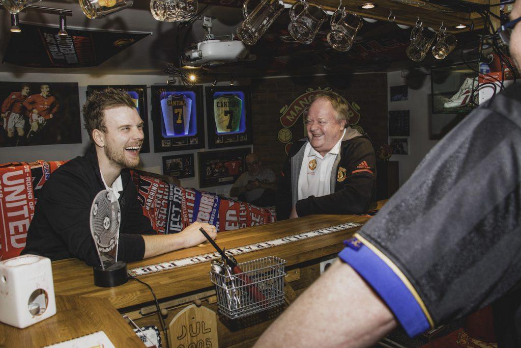 To menn ler på pub
